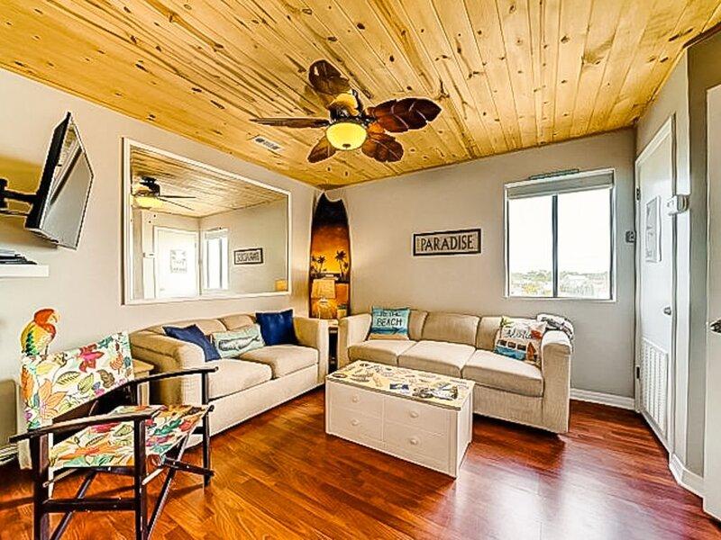 New listing! Cozy coastal condo w/ a shared pool - close to local attractions, alquiler de vacaciones en Panama City Beach