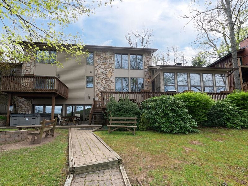 Lakefront Home w/Private Dock, Hot Tub, Fire Pit, & Ping-Pong Table!, alquiler de vacaciones en McHenry
