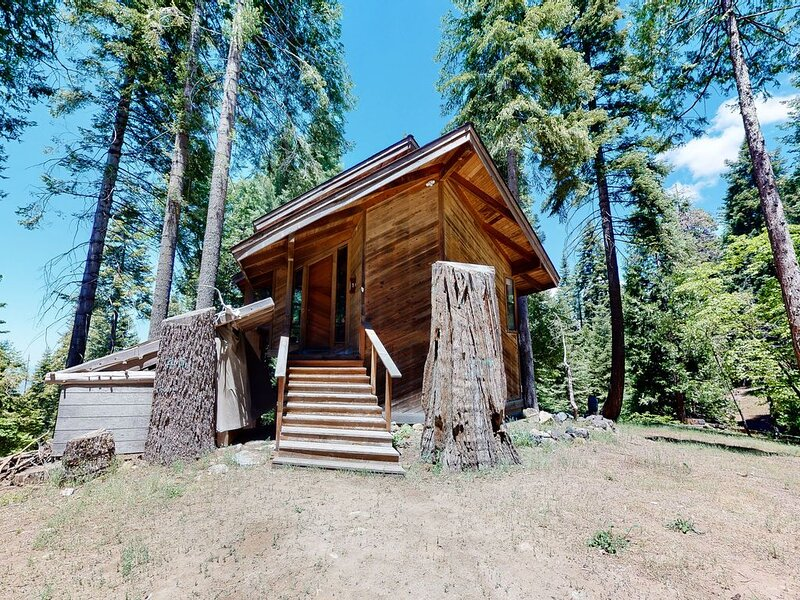 New listing! Secluded getaway w/ cathedral ceilings & a wood-burning fireplace, holiday rental in Auberry