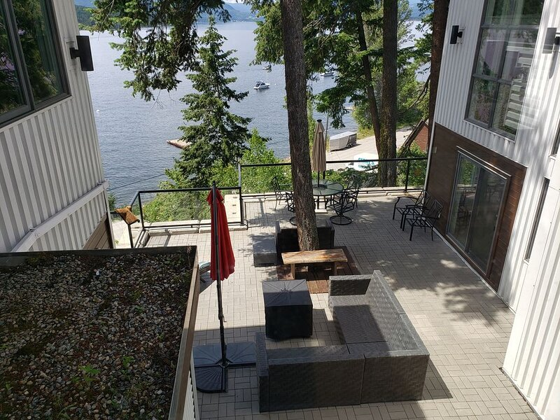 Blind Bay Lakeside 3 Acres PRIVATE 149' Beach Dock Buoy Stunning Lake Views, alquiler de vacaciones en Salmon Arm