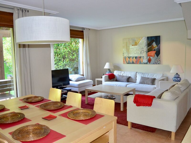 Precioso adosado en Urbanización con campo de golf, aluguéis de temporada em Bergondo