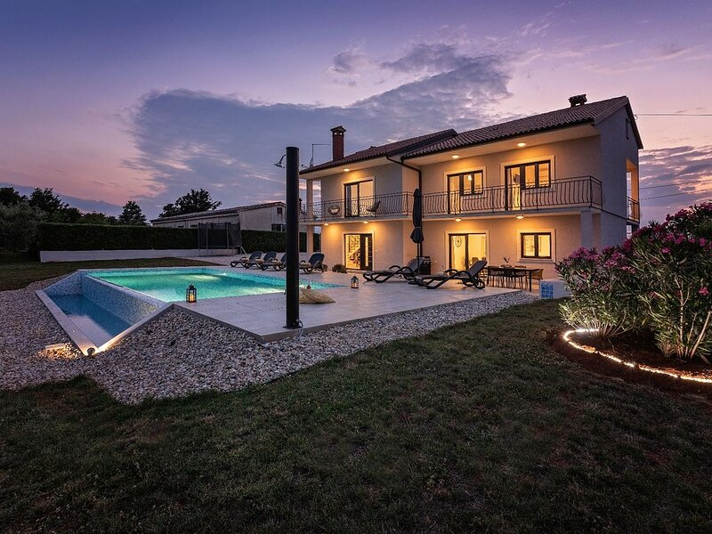 Villa Elena mit Infinity pool und WiFi, holiday rental in Baldasi
