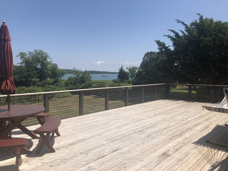 WATERFRONT with Private Beach Boat Dock and Launch Ramp Sleeps 7, vacation rental in Shelter Island