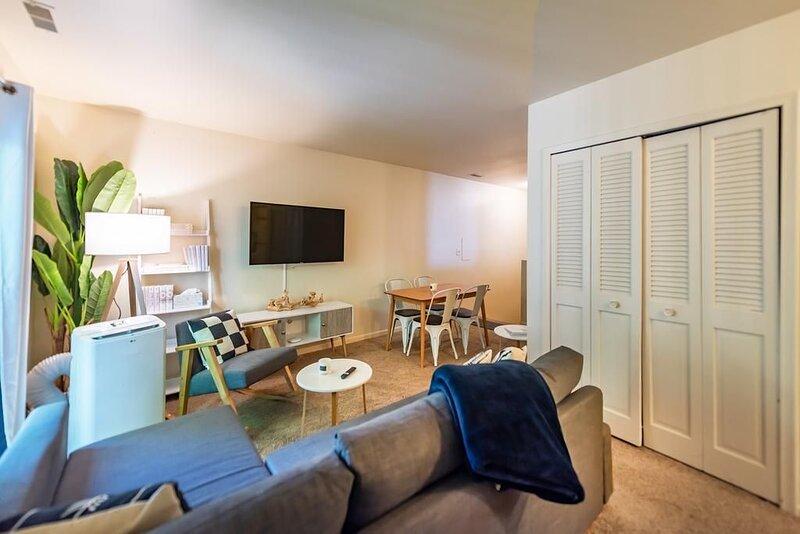 2BR Duplex, Easy Walk to Downtown Ann Arbor, holiday rental in Lakeland