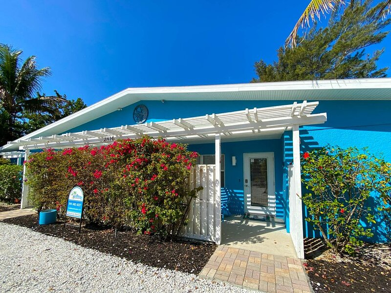 Three Ground Floor Cottages, Steps to the Beach with large heated pool, vacation rental in Holmes Beach