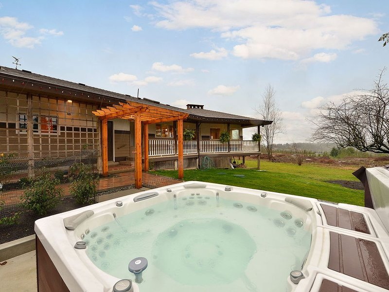 Spectacular 3 Bedroom Country Estate With Amazing Views and Hot Tub, holiday rental in Saanichton