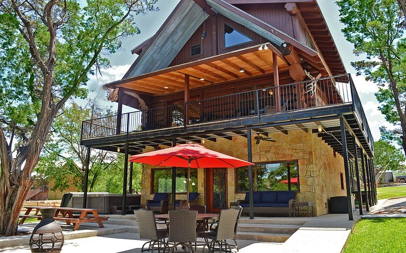 Canadian Log Home on a Quiet Cove with resort amenities and Private Hot Tub, casa vacanza a Buchanan Dam