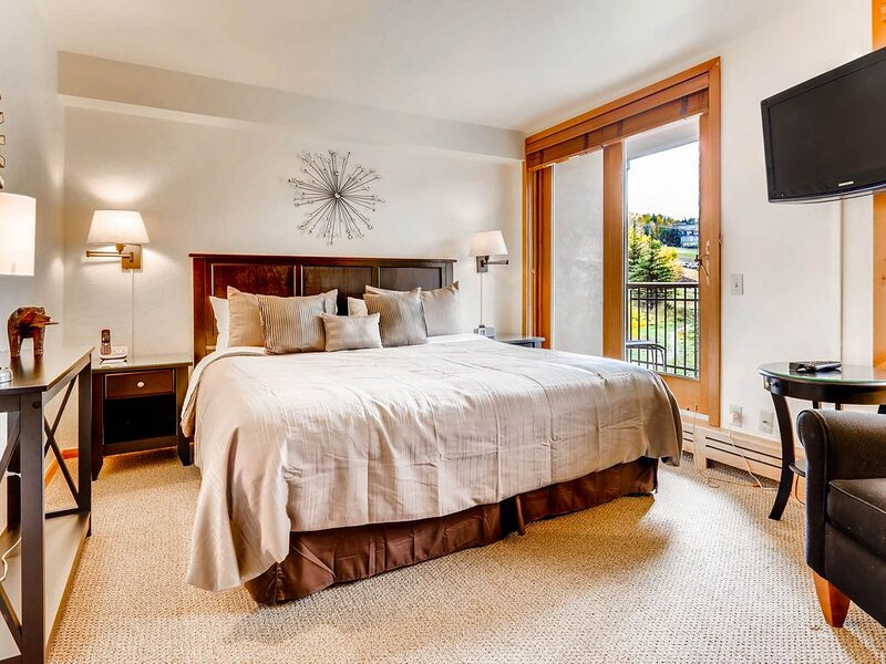 ***** Hill ski-in/ski-out condo with shared pool, hot tub and fitness center, location de vacances à Snowmass Village