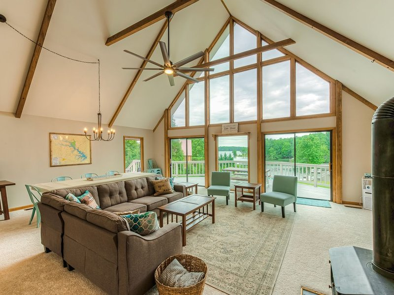 Lakefront A-frame w/ a boathouse, kayaks, & firepit - dogs welcome!, alquiler vacacional en Bumpass