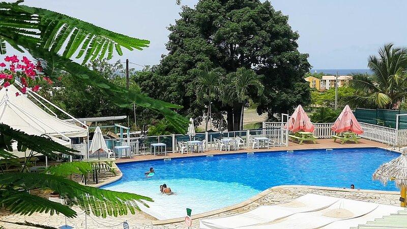 Grand studio  vue mer  dans une résidence sécurisée avec piscine privée, holiday rental in Le Diamant