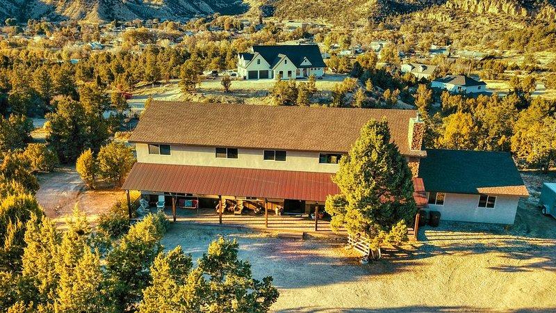 Red Hollow Heights - Sleeps 20 on Hilltop Property, aluguéis de temporada em Glendale