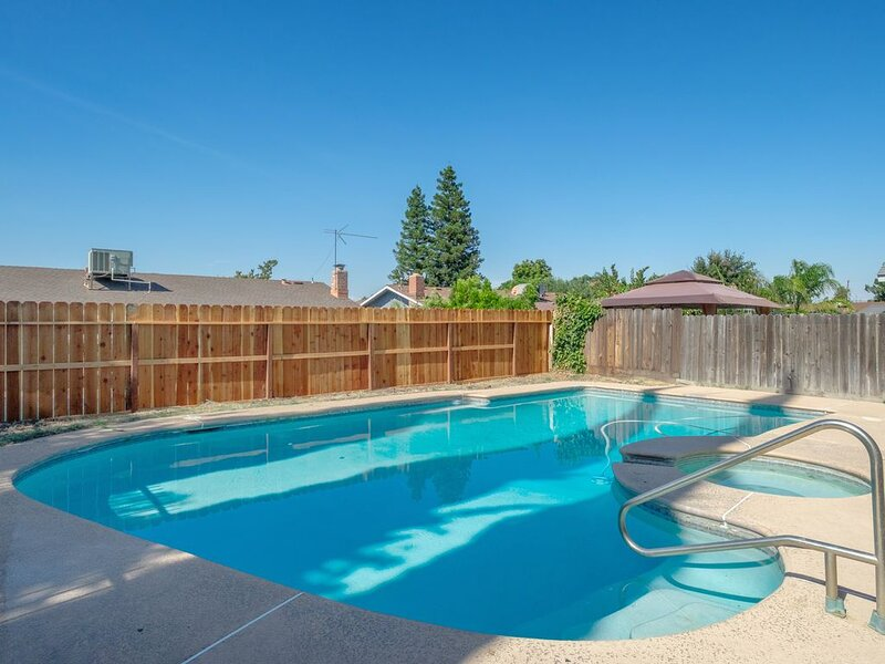 Perfect Summer Retreat in Clovis w. Swimming Pool, holiday rental in Clovis