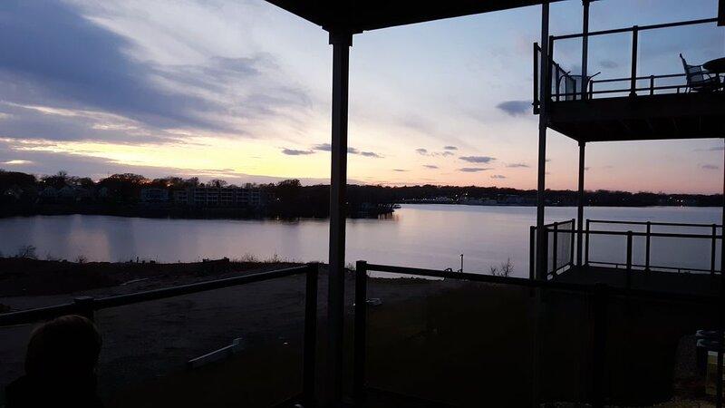 REDUCED Fall Rates: Okoboji 4 Bdrm BridgesBay Lakefront Condo & Waterpark Passes, casa vacanza a Milford