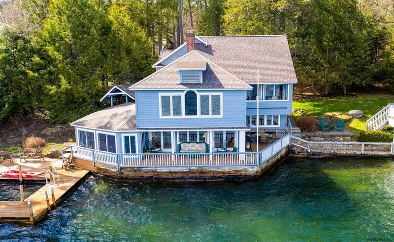 Lakefront house in the town of Bolton right on the water with private dock space, location de vacances à Bolton Landing