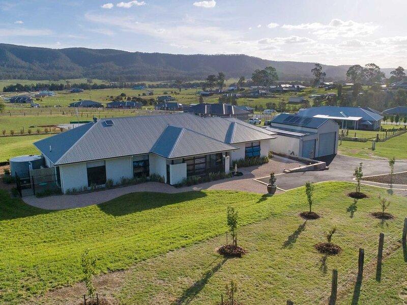 Jasmine Lodge · Jasmine Lodge - Idyllic home with pool, mtn views, holiday rental in Mount View