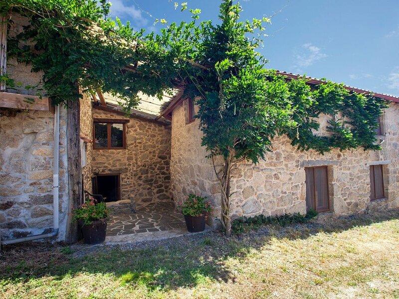Cosy home in farmhouse in the Ribeira Sacra, Ferienwohnung in Panton