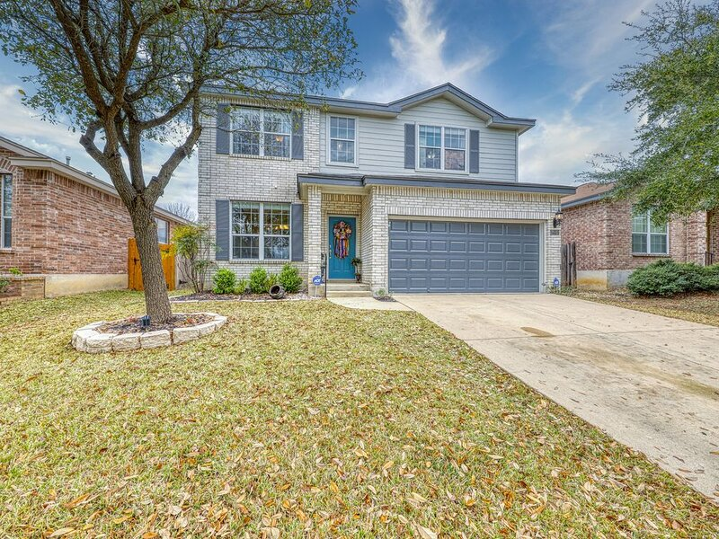 Charming family friendly home, enclosed backyard & 20 miles from San Antonio!, holiday rental in Helotes