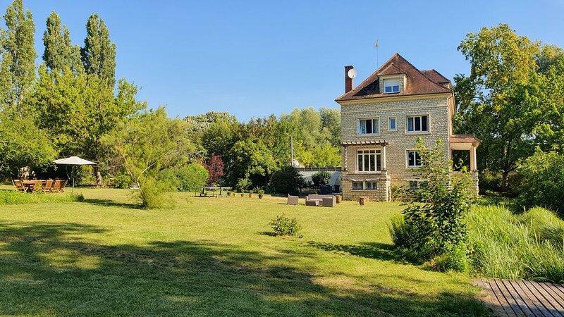 1H30 PARIS  MAISON DE MAITRE  AVEC PISCINE ,  POUR 14 PERSONNES, holiday rental in Villiers-sur-Tholon