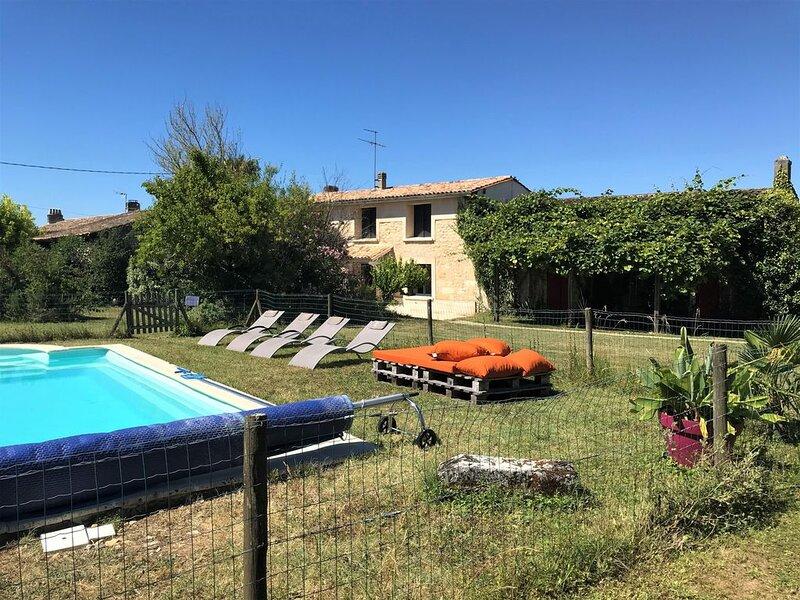 Gîte de charme avec piscine sur domaine viticole bio, location de vacances à Cubzac-Les-Ponts