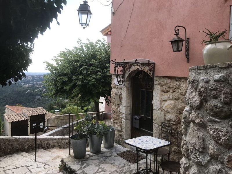 Maison de village, arrière-pays niçois, 2 personnes, décoration rustique soignée, location de vacances à Alpes Maritimes