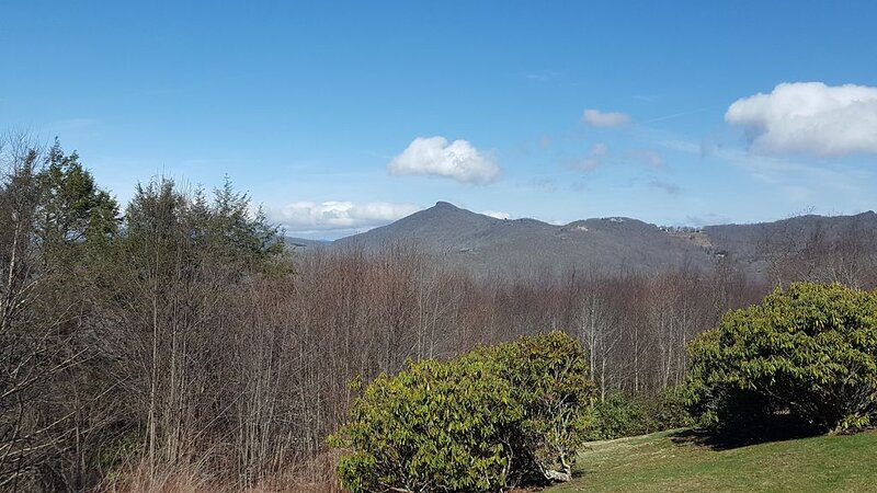 Mountain Retreat - Amazing Views, Newly Remodeled Kitchen, and Pet Friendly, holiday rental in Sugar Mountain