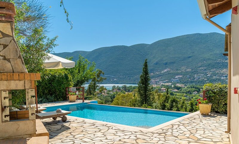 Kerithra Villa, overlooking Vasiliki bay, close to the beach and other amenities, vacation rental in Kontarena