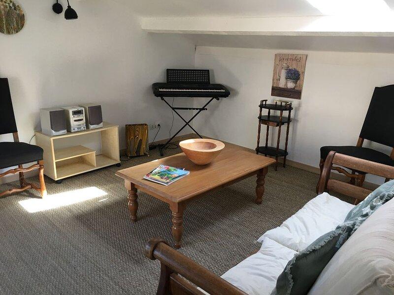 Appartement T2    à  Mirabeau, le village de 'Manon des Sources ', casa vacanza a Peyrolles-en-Provence