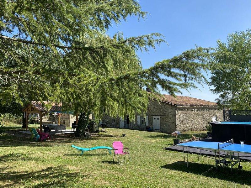 Magnifique maison de caractère sur la route de Compostelle avec piscine, holiday rental in Mezin