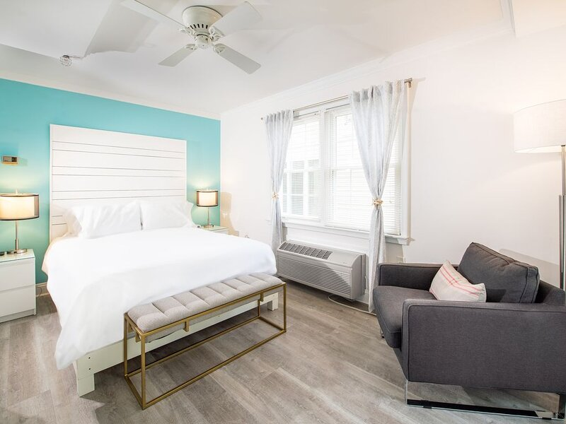 Best of Delaware 2020 - Fit for a QUEEN RM 11 - Walk to Beach, No Pets, alquiler de vacaciones en Rehoboth Beach