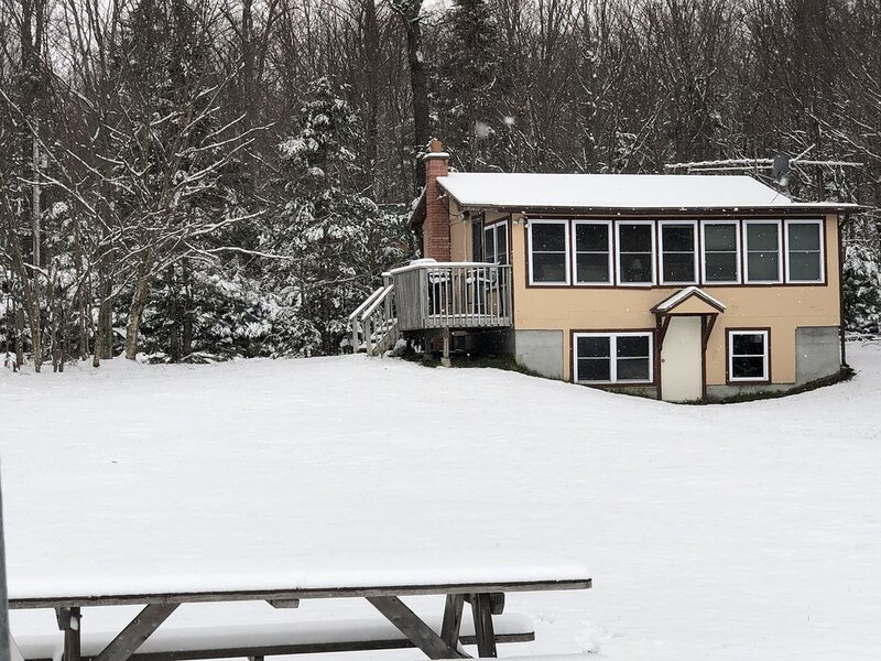 1 Bedroom Updated camp on Secluded Holland Pond, holiday rental in Hatley