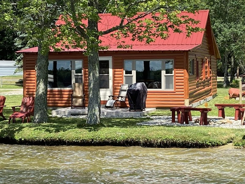 NEW - Impeccably Maintained Log Cabin - 100 ft of East Twin Lake Frontage, alquiler vacacional en Lewiston
