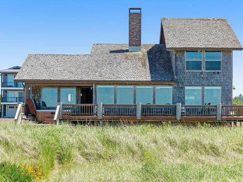 Oceanfront home w/ amazing view, hot tub & wrap-around deck - 2 dogs OK!, location de vacances à Westport