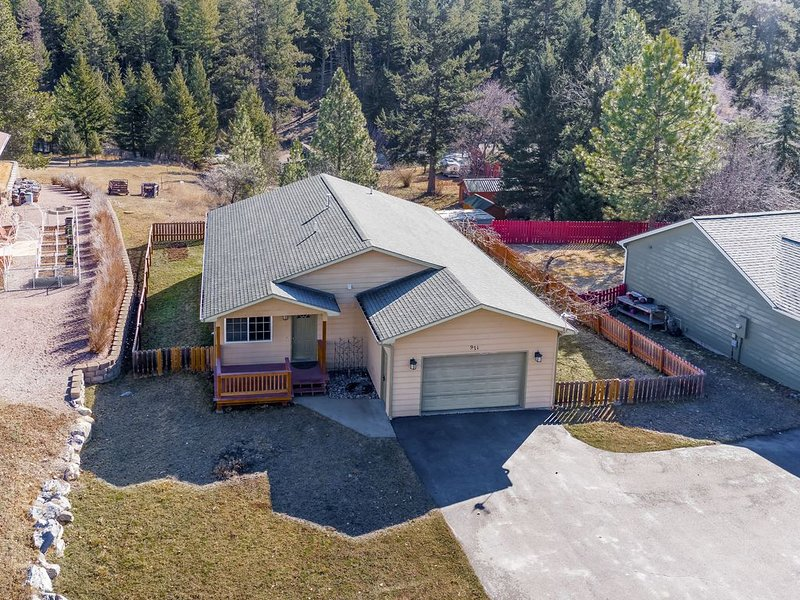 New listing! Bigfork dwelling w/ enclosed yard & ideal location near Glacier!, location de vacances à Bigfork