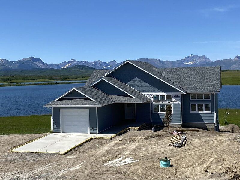 Brand new beautiful home with best view outside of Waterton Park. BOTTOM suite., vacation rental in Cardston
