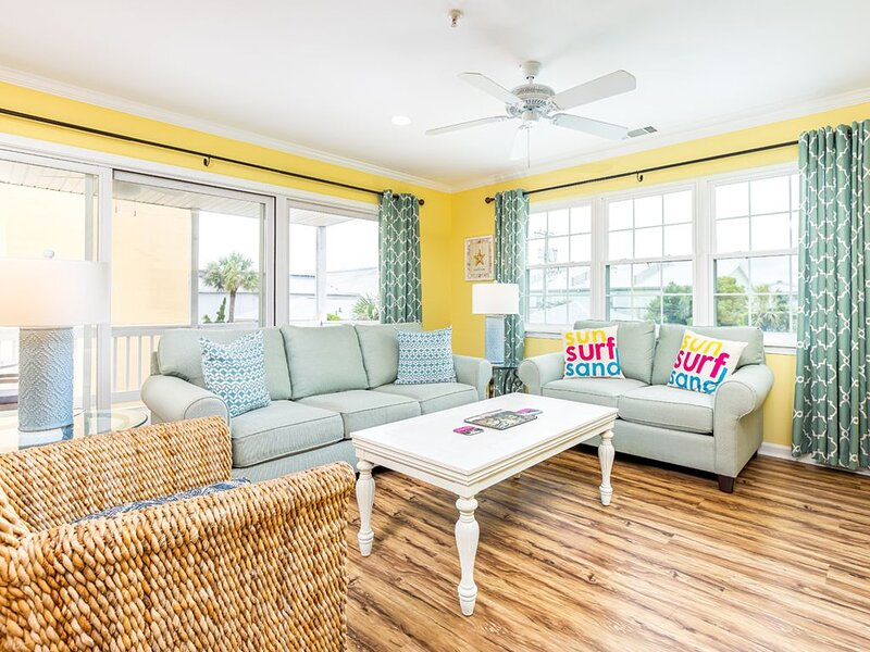 Relax and Enjoy the Beach! Pet Friendly Condo Only 50 Yards to the Beach, location de vacances à Wilmington Island