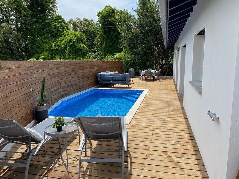 Maison  avec terrasse de 90m2 expo sud et piscine chauffée vue montagnes, holiday rental in Urrugne