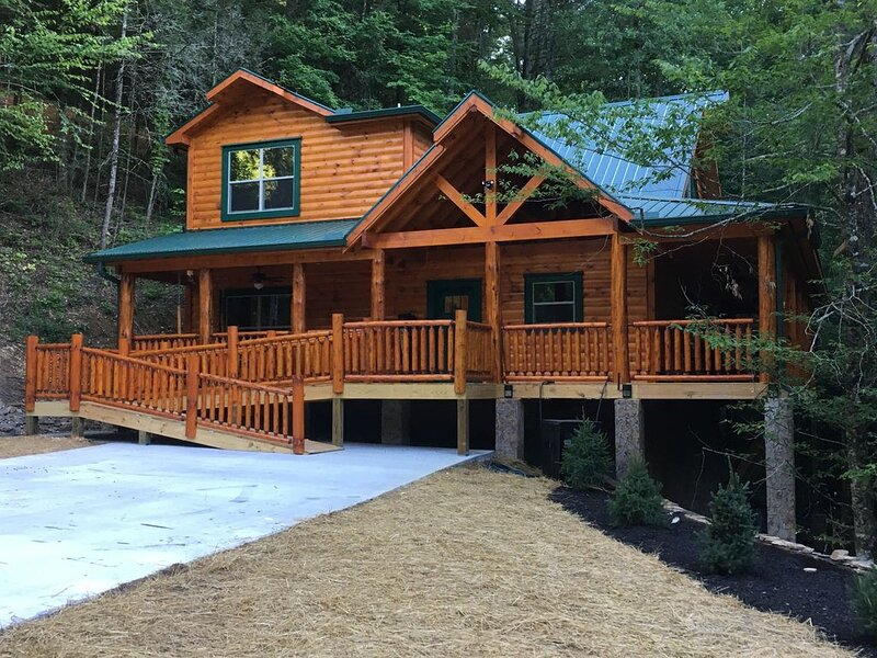 New Cabin, 2 BD, 3 BA, Plus Queen Bunk Bed, Fireplaces, Hot Tub, holiday rental in Sevierville