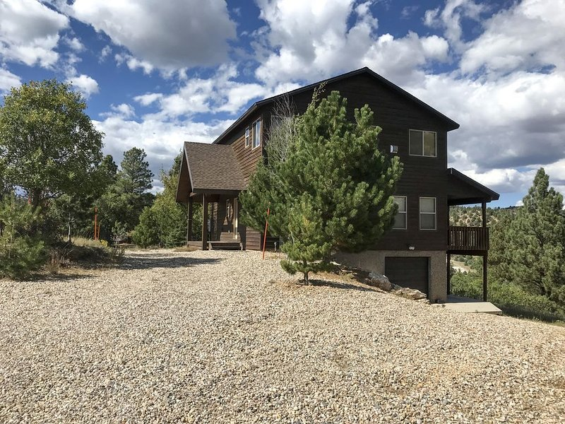 NEWLY LISTED! Luxury Cabin 3bd/3ba, VIEWS! Perfect base camp to N. Parks!, casa vacanza a Hatch