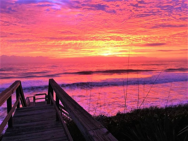 Come Play at Beach & Watch Pretty Sunrise from Oceanfront Octagon Blue Backyard, holiday rental in Villano Beach