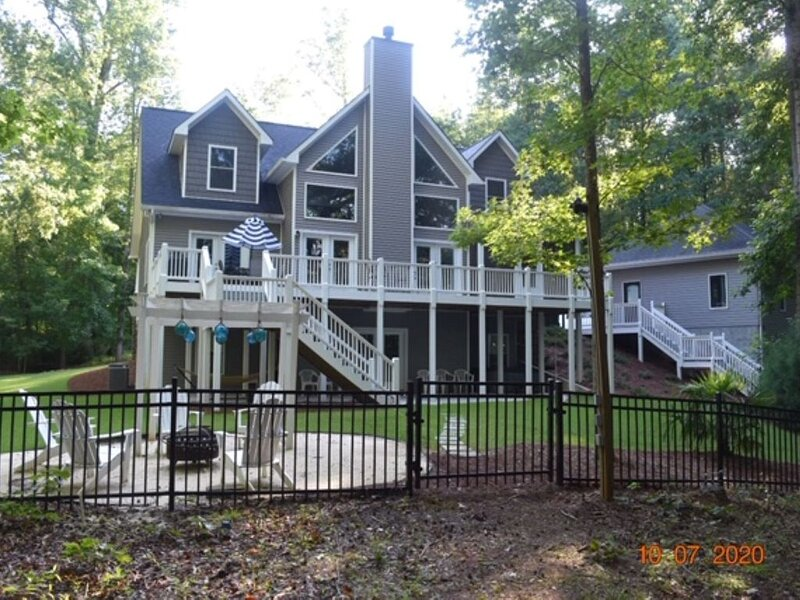 BEAUTIFUL BEACH HOUSE ON LAKE HARTWELL ONLY 300 YARDS FROM TUGALOO STATE PARK – semesterbostad i Lavonia