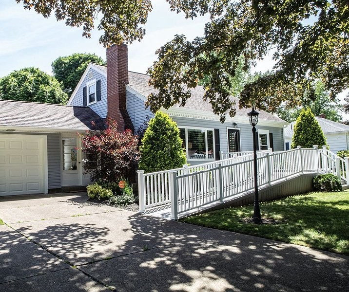 Newly Renovated Designer Home w/ AC  in the Middle of Wine Country, holiday rental in Erie