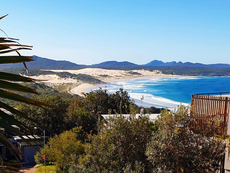 Beaches, magnificent views and a luxury townhouse adjacent to the National Park., alquiler vacacional en Port Stephens