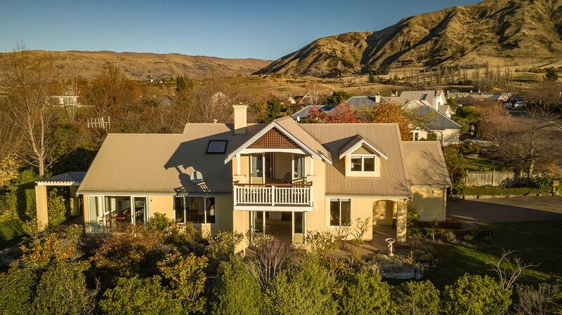 Wanaka holiday house with mountain top views, flat walk to lake and town centre, holiday rental in Cardrona