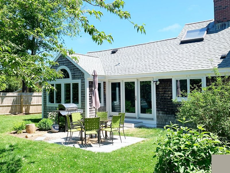 PRIME LOCATION! Falmouth Retreat, walk to the Beach!, holiday rental in Woods Hole