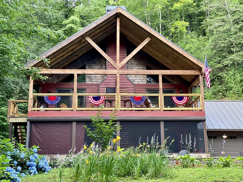 NEW Helen Riverfront Cabin on the Chattahoochee!!  BIG BEAR LODGE ♥️, vacation rental in Helen