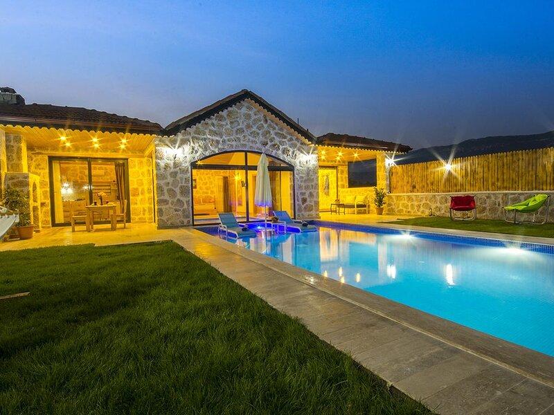 Stunning 1 Bedroom Villa with Secluded Outdoor Pool & Heated Indoor Pool, holiday rental in Bezirgan