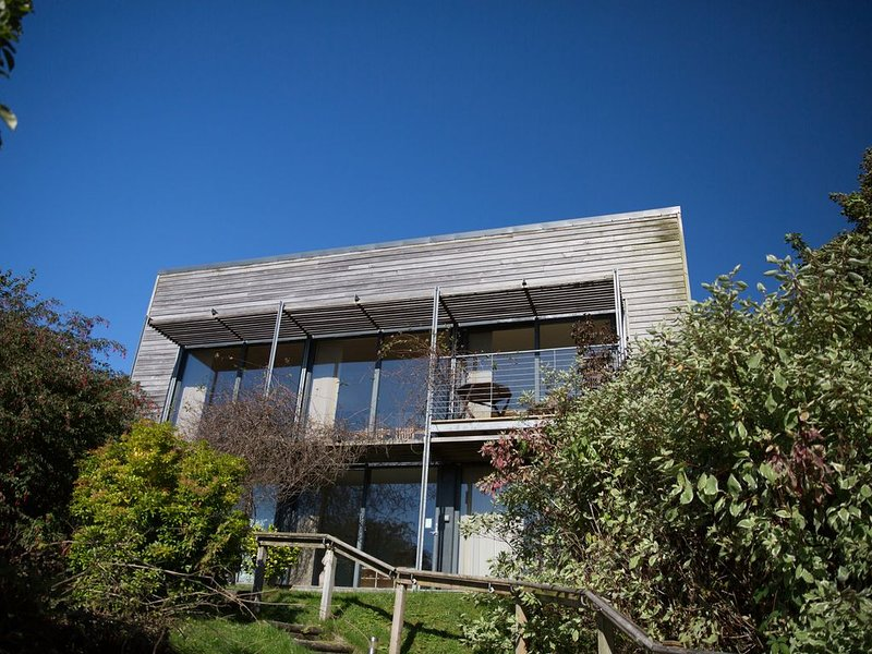 Modern design, Great sea bay view, 2 bedrooms & 3 bathrooms, holiday rental in Kilmaluag