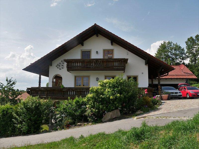 Dachgeschoss Wohnung, mit Weitblick, manchmal bis zu den Alpen., vacation rental in Bogen