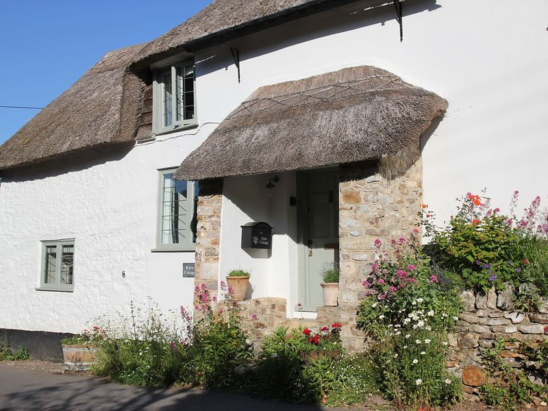 A stunning, one bedroomed, beamed thatched cottage in the village of Stockland., holiday rental in Honiton