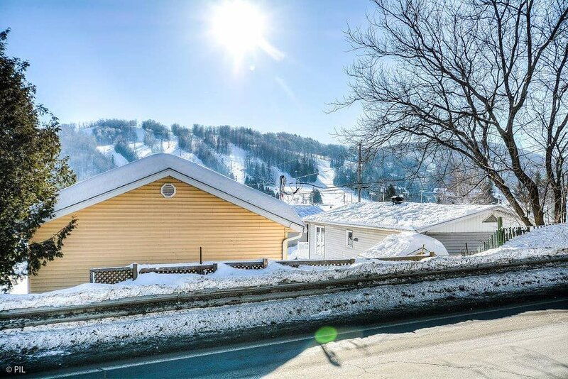 The Perfect Ski Getaway: Cozy Cottage With a View, casa vacanza a Sainte-Adele